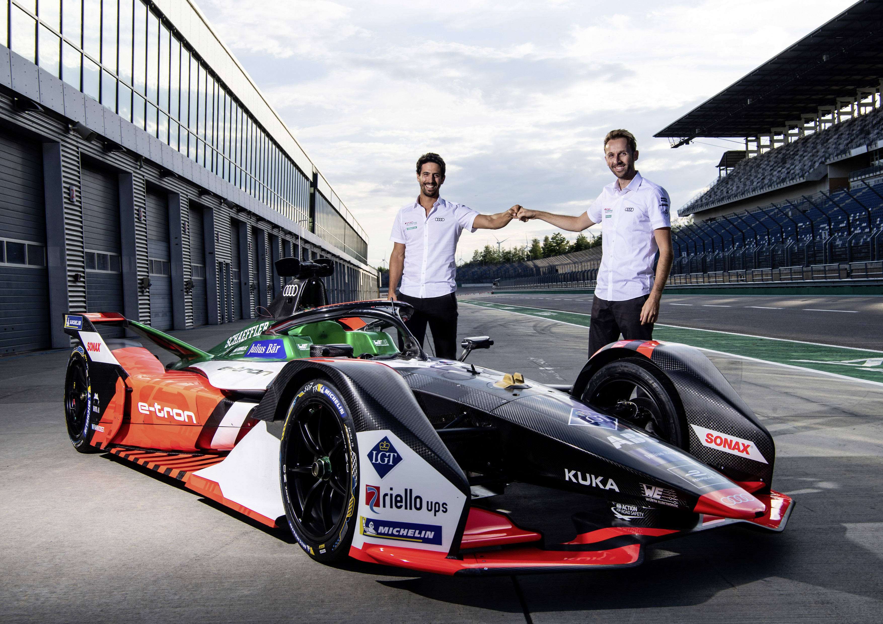Racing drivers Lucas di Grassi (left) and René Rast give insights into everyday racing life and are eager to answer questions from conference participants. Image source: Würth Elektronik